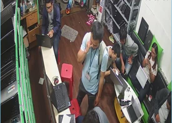 khách hàng đang lựa mua laptop cũ tại Sieuthihangcu.com