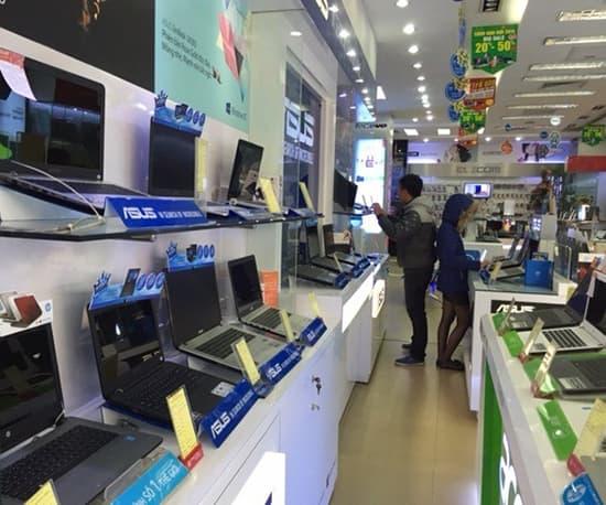 Khách hàng đang lựa chọn mua laptop tại siêu thị hàng cũ