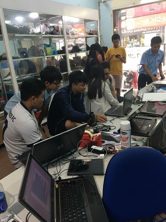 Khách hàng tham quan mua sắm laptop cũ tại Siêu thị hàng cũ